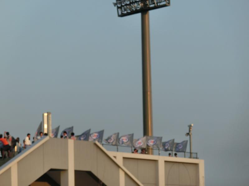 流通経済大学の旗の準備を眺めつつ、J-GREEN堺を去る2013年8月13日